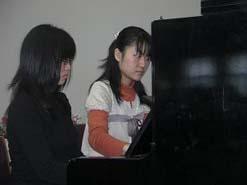 まずは、音楽科卒業生の会「tutti」より、ピアノ演奏