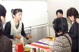 左 講師:平山澄子さん(S45卒 家政科被服コース 旧姓:毛利)
