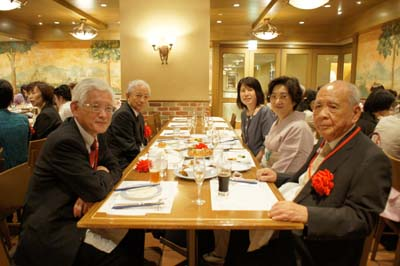 (左から)野澤秀樹理事長、八木淑夫事務局長 (右から)釜瀬九州男先生、井上万千子会長