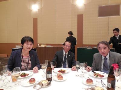 左より 宮嶋郁恵先生、高宮良一次長、大浦隆陽福岡国際大学学長