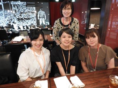 食物栄養科の卒業生と土内華誉子会長、諏訪万里子副会長
