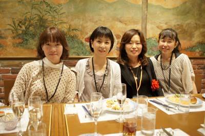 鶴田知子先生(右から2番目)と音楽科卒業生