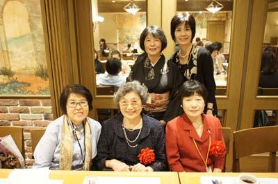 山本マチ子先生(前列中央)、野口雅子先生(前列右)、家政科卒業生