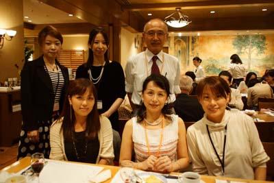 深川富美代先生(前列中央)と音楽療法コースの卒業生。坂井克己前学長と一緒に