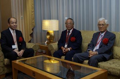 (左から)安河内寛事務局長、仁田原秀明学長、野澤秀樹理事長