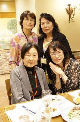 大里栄子先生(前列左)を囲んで