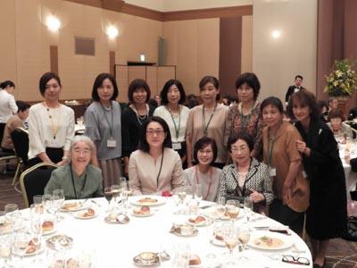 近雅代先生、大石明子先生、八丁雄子先生と食物栄養科の記念回生卒業生のみなさん。