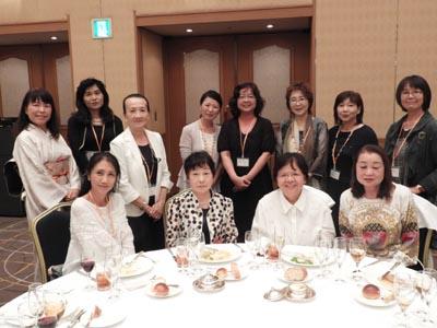 野口雅子先生を囲んで、家政科卒業生のみなさん。