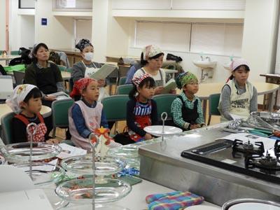 卒業生のご家族をはじめ近隣の小学生も受講しました。